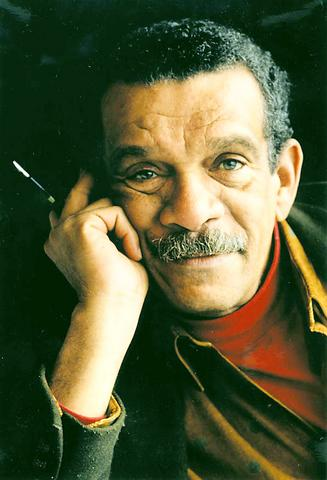 "a far cry from africa by derek walcott essay Derek walcott's ""a far cry from africa,"" published in 1962, is a painful and jarring depiction of ethnic conflict and divided loyalties."