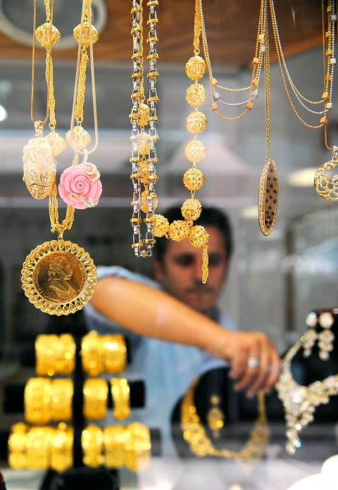 Investors rush to gold as world markets take a hit Taipei Times