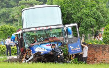 Driver, 35 passengers injured in bus accident - Taipei Times