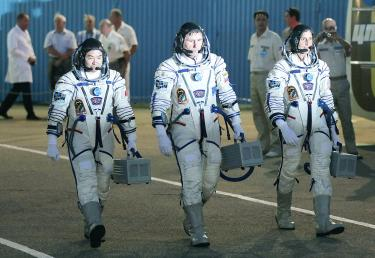 Russian Soyuz rocket launches new crew into space - Taipei ...