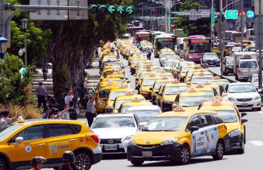 Taxis snarl traffic in anti-Uber drive - Taipei Times