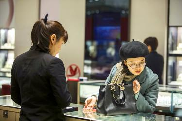 Jewelry firms eye independent Chinese women amid slow