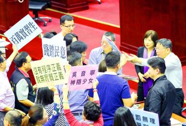 Scores protest outside city council over fines for Neihu illegal residential units