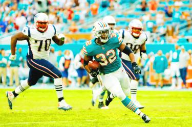 Dolphins score on final play to stun the Patriots