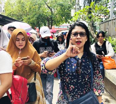 Indonesian workers line up to vote in the capital