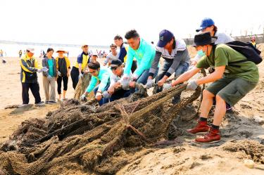 Volunteers clean Hsinchu beach