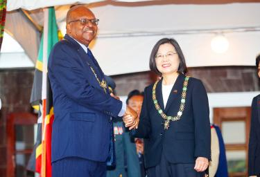 Caribbean ally confers medal on Tsai