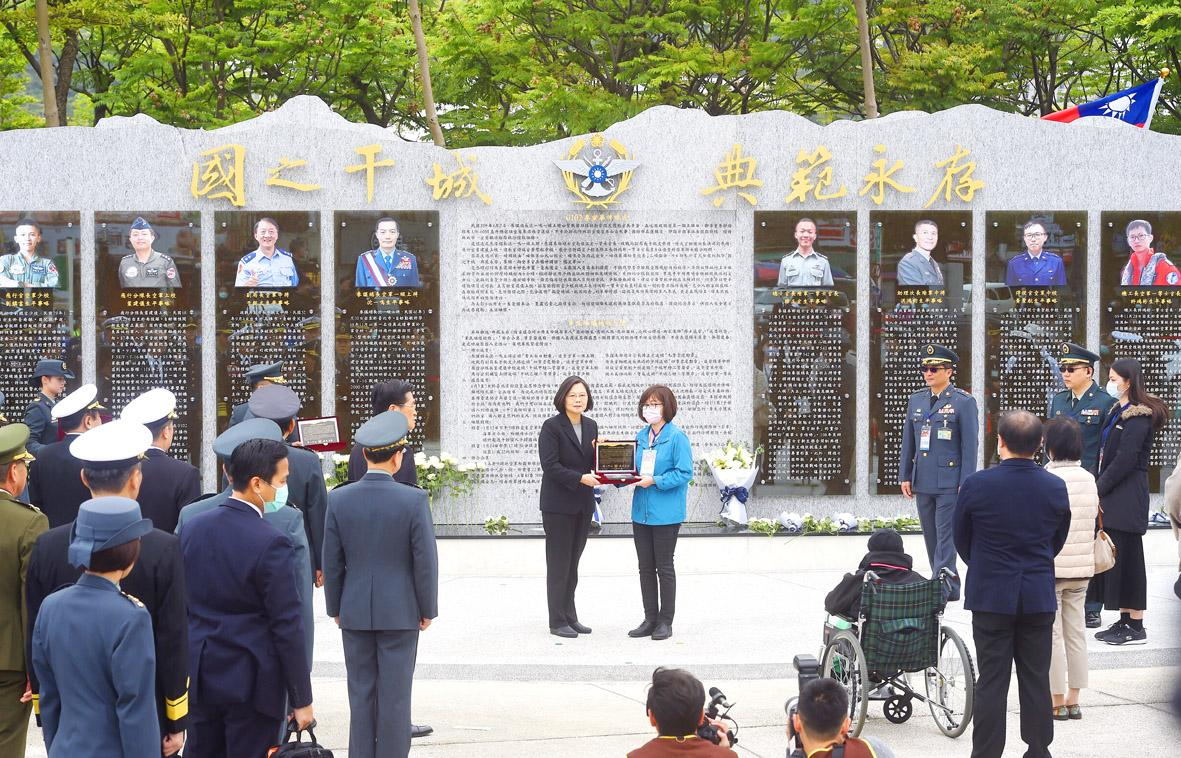 Tsai unveils memorial to officers killed in January