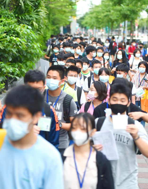 Thousands don masks to take entrance exams
