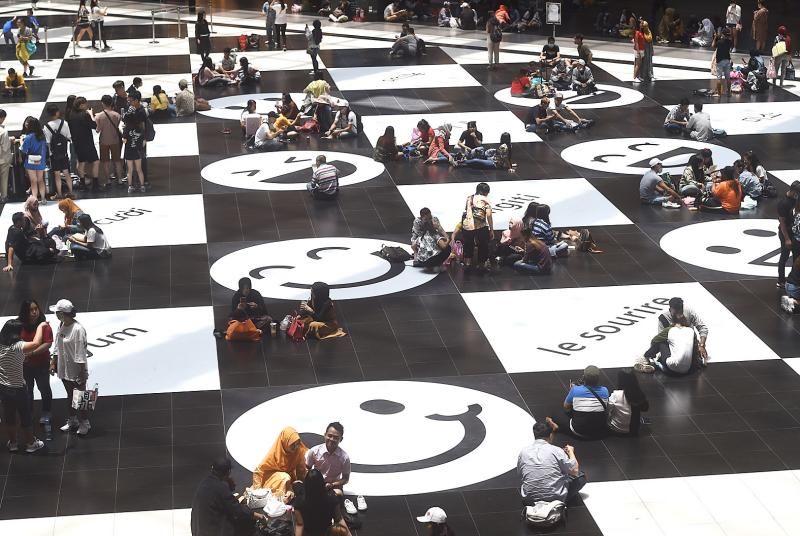 Taipei Railway Station calls off ban on sitting