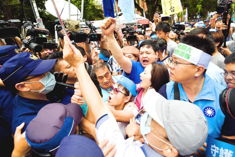 KMT legislators win tussle for chamber