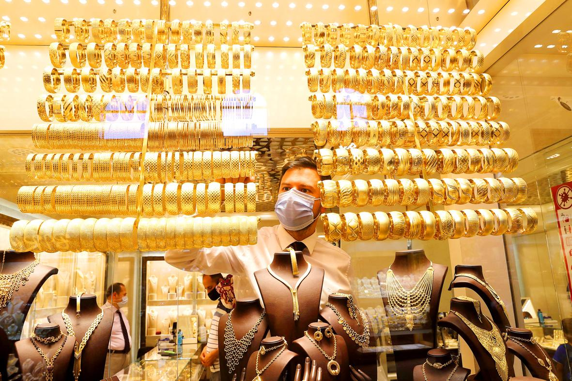 Gold posts first weekly loss since June after big plunge 1